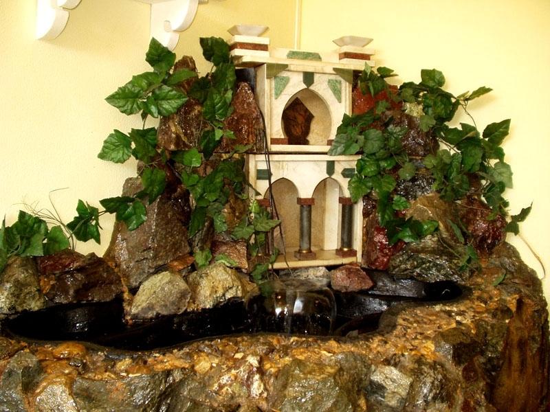 Комнатный фонтан из камней